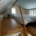 天井の低いロフトの落ち着けそうなベッドルーム