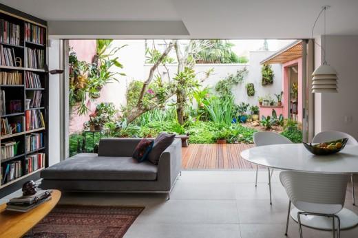 緑あふれる庭と全開口のスライドドアでつながる開放感のあるリビング