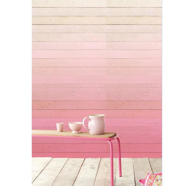 木目調の白い板壁をミンクのグラディエーションで塗装した壁紙