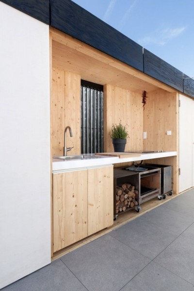 キッチンと各種収納を備えたテラスの南の壁