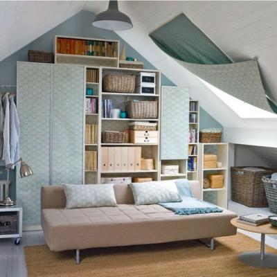 斜め天井に埋め込まれた大きな天窓に手軽なカーテン1