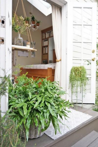 リビング・ダイニング・キッチンと庭の間のフレンチドアから室内をのぞむ