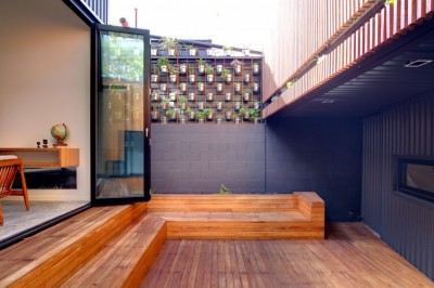 リビングとワークスペースの間の中庭1