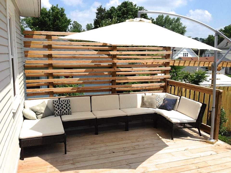 ガーデンパラソル付きウッドデッキの屋外リビング