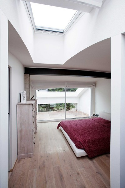 大きめの天窓のある、ゆったりとしたテラス付きのベッドルーム