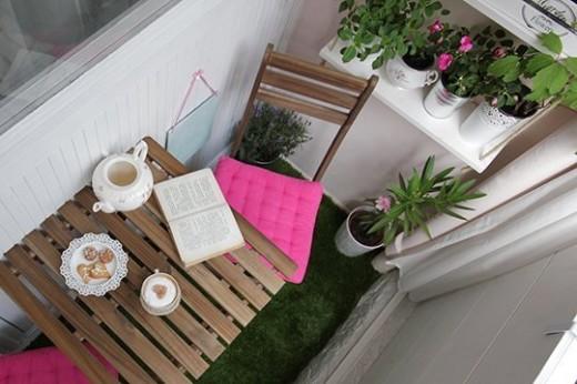 DIYで作り込んだコンパクトなベランダの屋外ダイニング 屋外家具のテーブルを上から