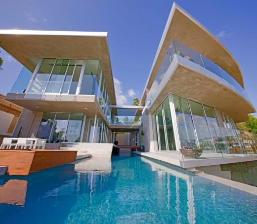 高台に建つ家の開放的な家