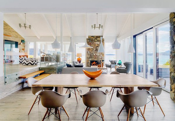 【焚き火台と暖炉付き】開放的なテラスの屋外リビング・ダイニングのあるビーチハウス 住宅デザイン