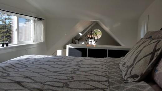 快適に過ごせるロフトが2つあるスモールハウスのロフトその1 しっかりとしたベッドのあるベッドルーム