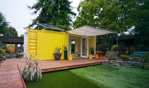 10.7畳のスペースに2つのダブルベッドとリビング、キッチン、バスルームのあるコンテナハウス ウッドデッキのテラスの屋外ダイニング側から