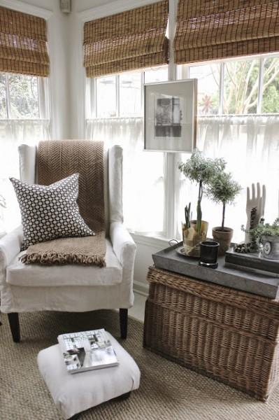 開放感のある2面窓のリビングのコーナーの一人掛けソファの置かれた寛ぎのスペース