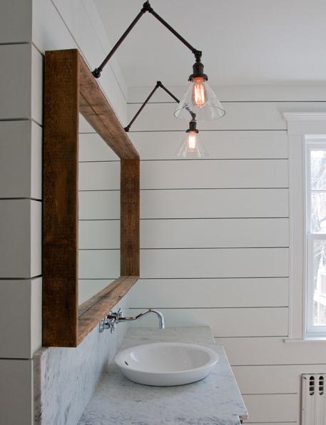 洗面台の上から2つ並んで垂れ下がる透明感のあるガラスシェードのアームランプ1