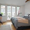 開放的なテラス付きのスウェーデンのロフトアパートのベッドルーム