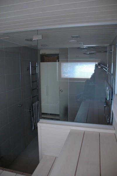 ガラス張りの明るく開放的な個人宅用サウナ