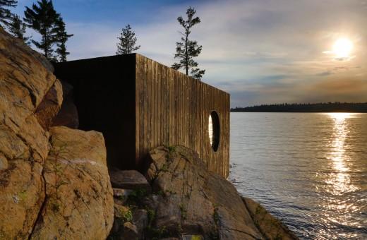 ジョージア湾北部の湖に面した、洞窟状の杉材サウナルームの外観 日本伝統の焼杉板