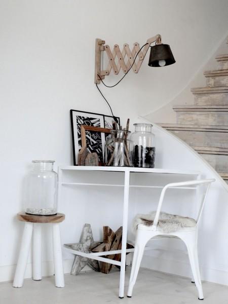 階段脇のデスクの上の壁に取り付けられた木製アームの壁付けシザーランプ