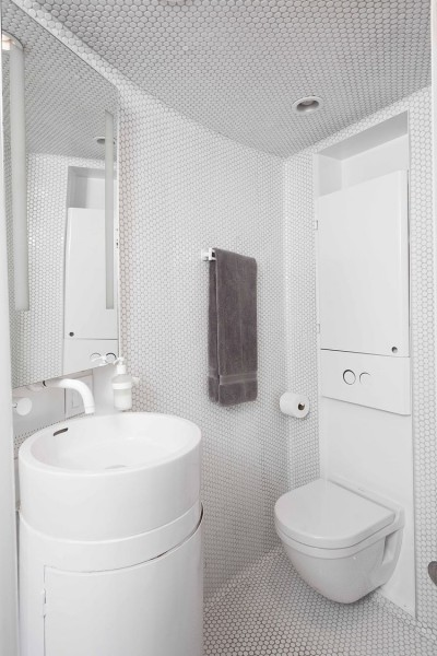 穀物サイロを流用して作った円筒形のコンパクトハウスのバスルーム