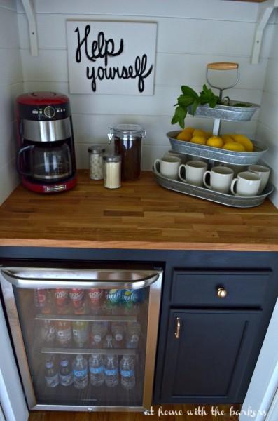 階段下のスペースにDIYで作り込まれた飲み物専用サブ冷蔵庫置き場1