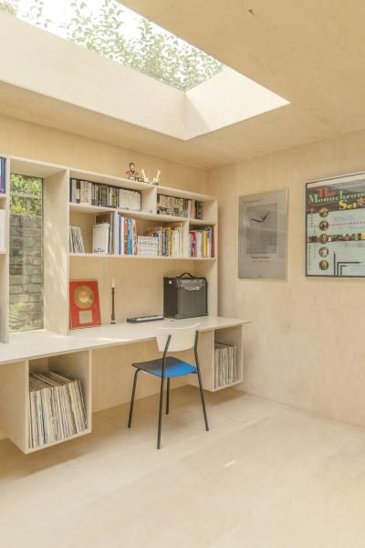 ロンドン北部の某邸裏庭に建つ2人用のワークスペース用の離れの造作デスク&棚