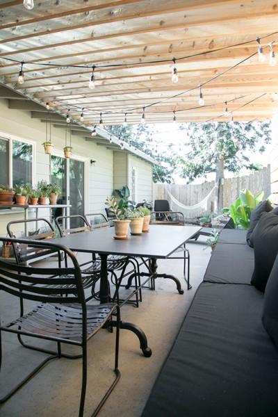 DIYで作り込んだパーゴラ付きのパティオ的な屋外ダイニングスペース 奥から庭側をのぞむ
