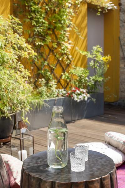 ウッドデッキのテラスに玉切り丸太のテーブルとグラス