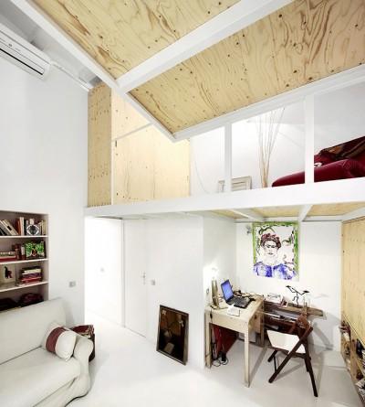 狭小ワンルームリノベーション住宅の中二階のスモールリビング