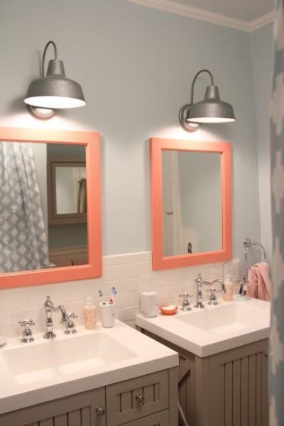 カラフルで可愛らしいサーモンピンクのバスルーム1
