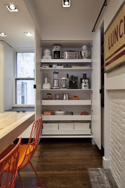 巨大な収納と巨大なカウンターテーブルのある使いやすそうなダイニング・キッチン 奥の大物器具用収納棚