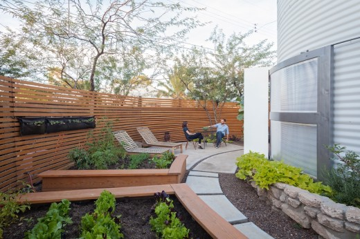 穀物サイロを流用して作った円筒形のコンパクトハウス 円形の庭