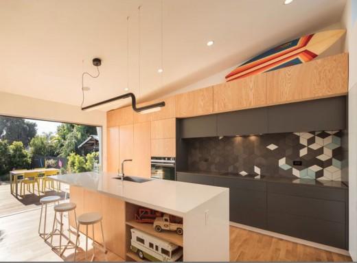 全開口のガラスのスライドドアでテラスとシームレスにつながる明るく開放的なダイニング・キッチン1