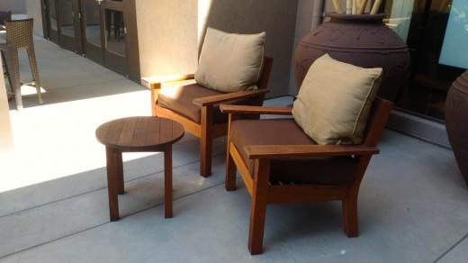 サンタモニカ アンブローズホテルのテラスのテラスに置かれた2脚の屋外用一人掛けソファとテーブルのコンパクトな屋外カフェスペース 右サイドから