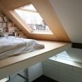 最上階の勾配天井の下に作られた、天窓付きのロフトベッドエリア