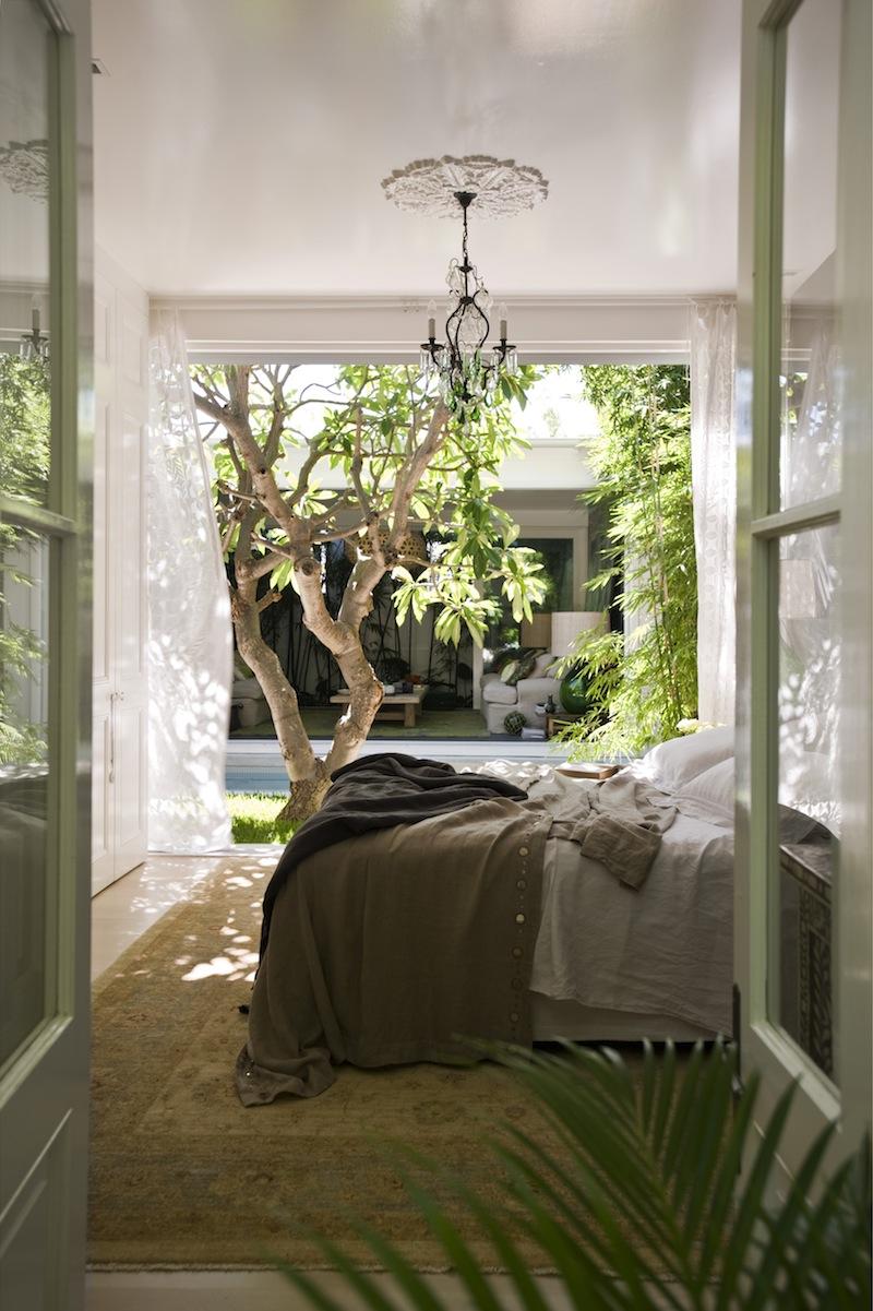 プルメリアの植えられた中庭に面したベッドルーム