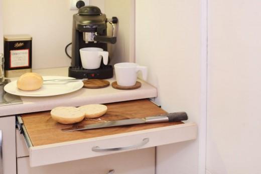 8畳弱の狭小ワンルームのロフトベッドルームの下のキッチンの引き出し式作業スペース