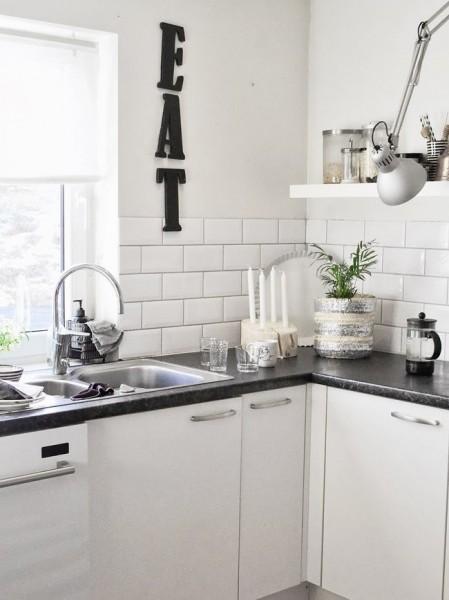 2つのアームランプが壁に取り付けられたキッチン2