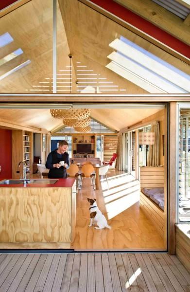 ウッドデッキのテラスと2つのデイベッドスペースのある明るく開放的なダイニング・キッチン ウッドデッキ側から