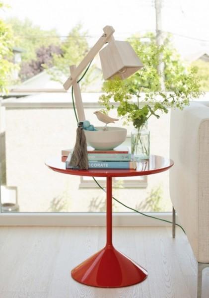 木製のデスクスタンドランプTAF_Wood_Lamp_Muutoをサイドテーブルの上に置く