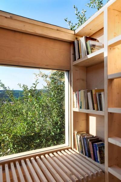 上のフロアの読書部屋は開放的