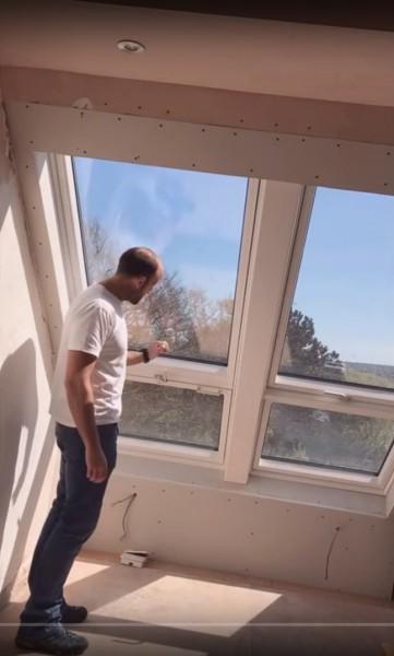 勾配天井に埋め込まれた天窓がバルコニーになるVELUXのCABRIOの動作説明1