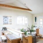 天窓と両開きの可愛らしい窓のあるコンパクトなリビング・ダイニング・キッチン1