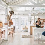 木の質感あふれるオープンキッチンのある明るく開放的なリビング・ダイニング・キッチン