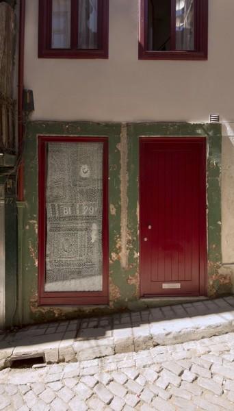 ポルトガル ポルトの中心部に建つ三角形の狭小住宅の間口