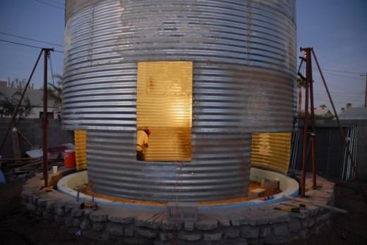 穀物サイロを流用して作った円筒形のコンパクトハウス サイロを加工中