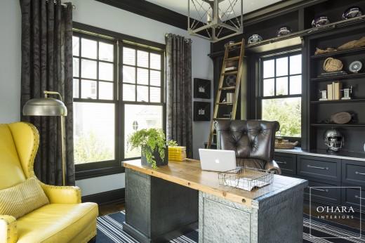 複数の上げ下げ窓を用いたシックな雰囲気の書斎 壁面一杯の造作棚にも上げ下げ窓を埋め込んで