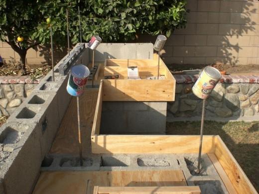 DIYで作った、レンガのカウンターやBBQグリル、シンクのある立派なアウトドアキッチン DIY13 カウンタートップの下部のブロックにも鉄筋をたくさん