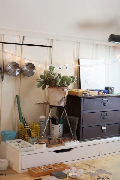 可愛らしい雰囲気のシンプルなワークスペースの小物収納