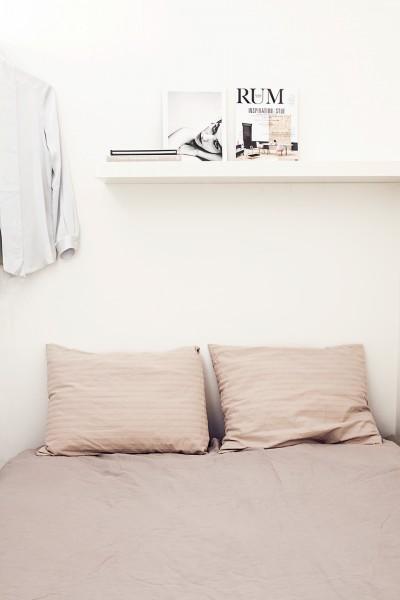 壁で仕切られたベッドルームのあるスウェーデン エステルマルムの1LDKのベッド