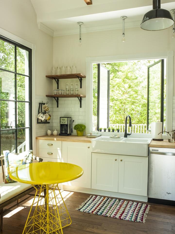 庭に面した正面に大きな窓があるキッチン