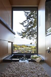 大きな窓のある見晴らしの良いバスルーム