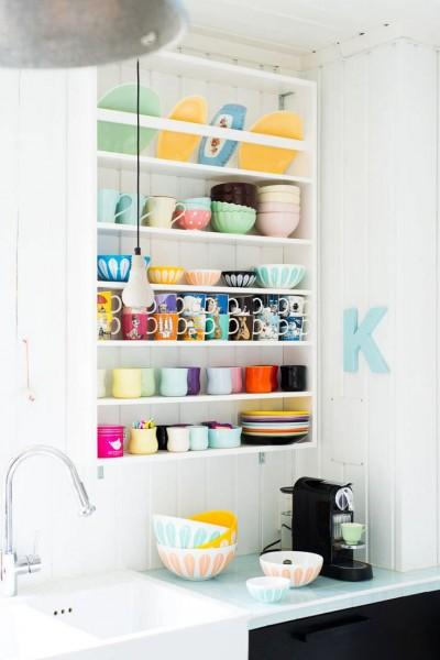 パステルに彩られた壁面の作り付け食器戸棚2